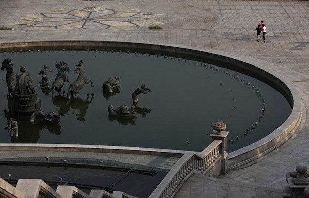 1673192-slide-they-even-built-a-fountain-inspired-by-the-famous-fountain-in-the-gardens-of-the-palace-of-versaille