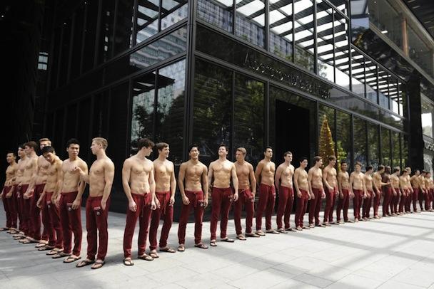 449305-9-decembre-2011-mannequins-magasin