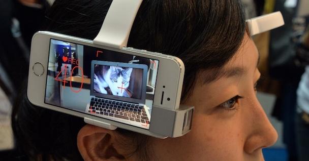 24out2013---funcionaria-da-empresa-neurowear-exibe-smartphone-neurocam-nesta-quarta-feira-23-durante-o-evento-smart-city-week-em-toquio-japao-o-dispositivo-analisa-ondas-cerebrais-e-filma-cenas-1382599967928_956x500