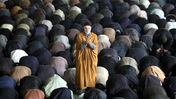 gty_iranian_men_pray_nt_120516_wg