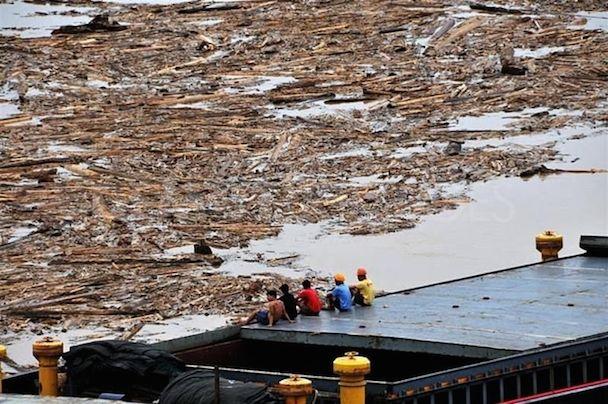 1286580799-river-disaster-hits-sibu-in-sarawak_467827