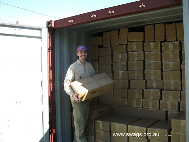 Tony_unload_container_on_Backpack_Beds_for_Melbourne_241109