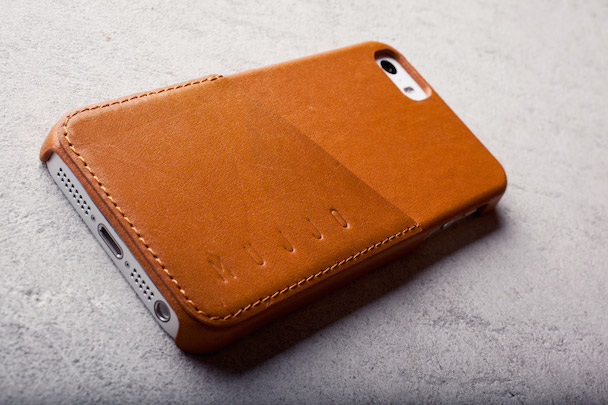 iPhone-5s-Wallet-Case-Tan-Lifestyle-002
