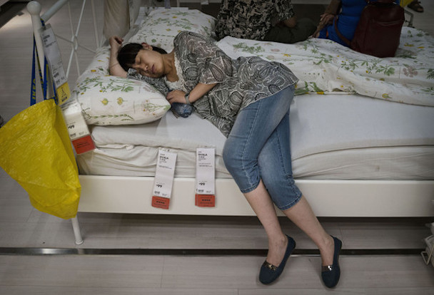 Chinese+Shoppers+Make+Most+IKEA+Open+Bed+Policy+KggG908BPf3l