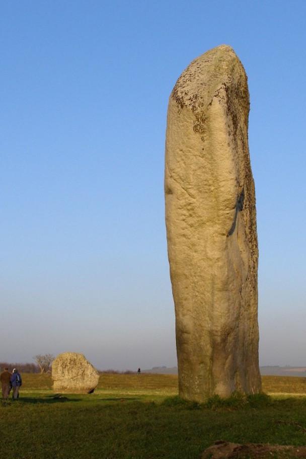 1024px-Avebury_cove_and_stone_201-480x720
